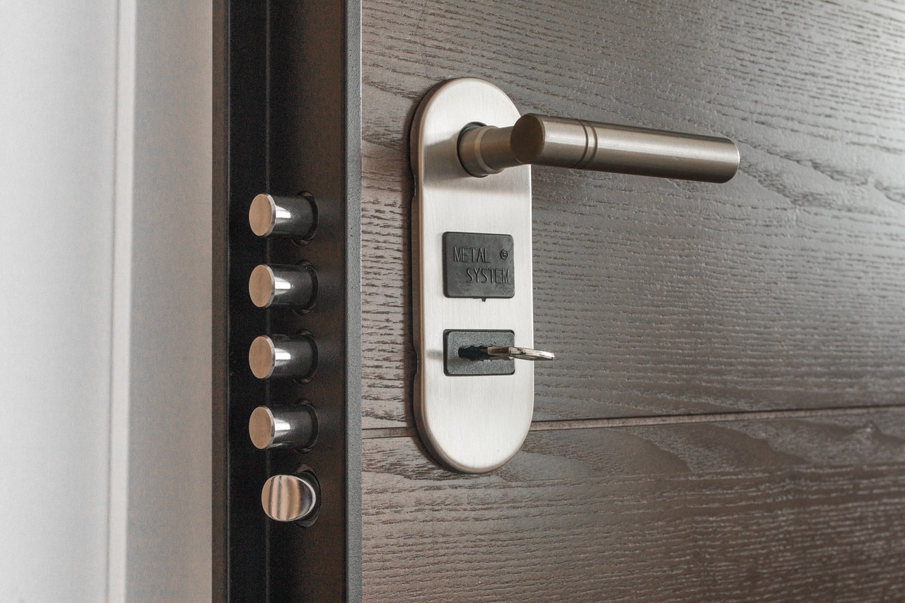 door handle with keyhole